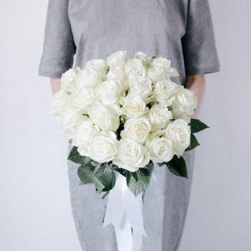 Букет из 25 длинных белых роз