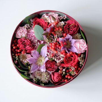 Цветочная коробочка из роз и клематиса
