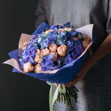 голубые гортензии и розы