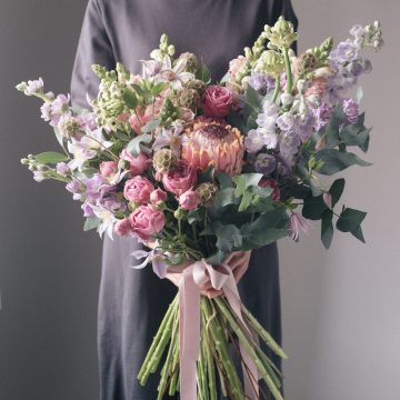 большой букет сезонных цветов